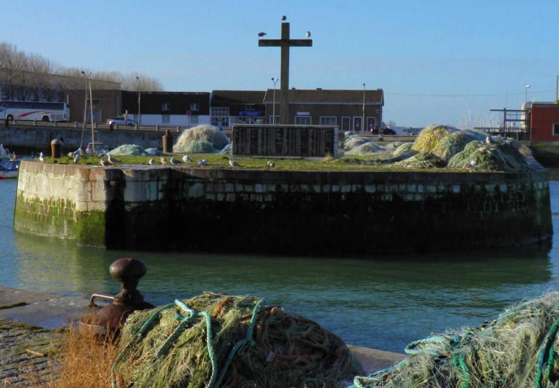 Photographie de mouettes en méditation, Calais Calvaire des marins disparus