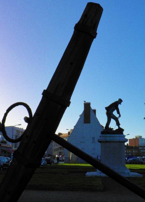 Photographie du monument à la mémoire des sauveteurs, port de Calais