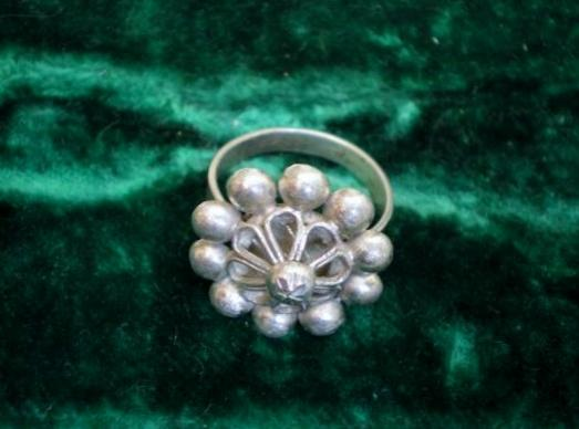 calais-bague-traditionnelle-reprenant-le-motif-de-certains-pendants-d-oreille.jpg