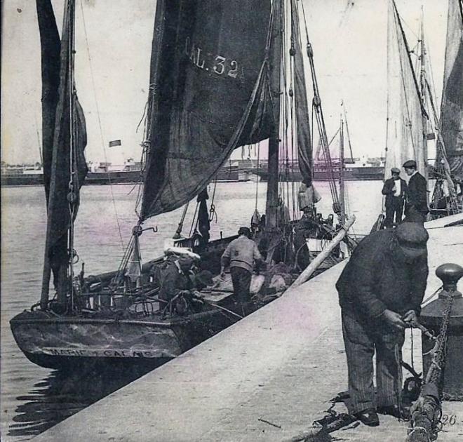 calais-bateau-de-peche-calaisien-et-pecheur-sur-les-quais-de-l-ancien-courgain-1.jpg