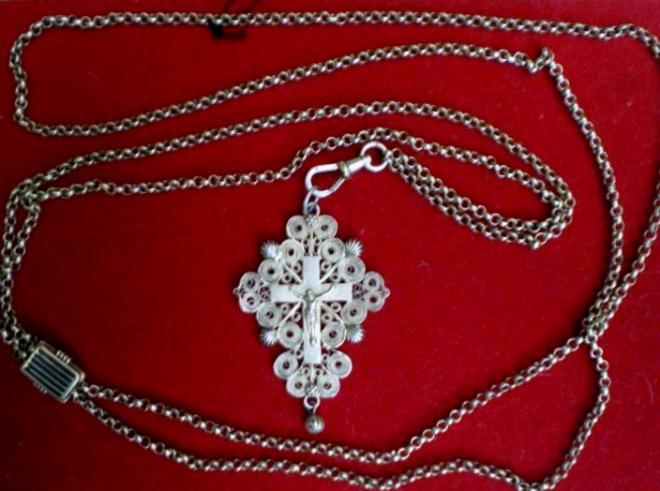 calais-croix-traditionnelle-en-or-avec-sa-chaine-dite-sorciere-et-son-fermoir.jpg