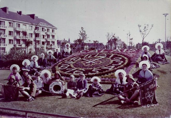calais-groupe-de-matelote-devant-l-horloge-fleurie.jpg