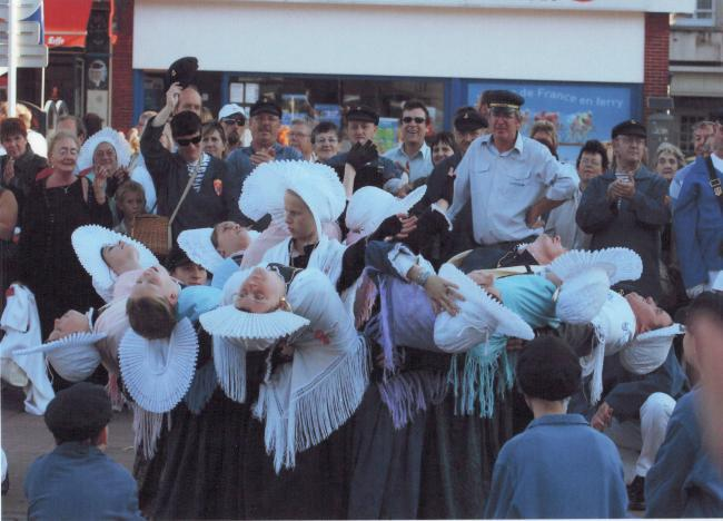 calais-la-rose-figure-de-danse-du-groupe-folklorique-des-dames-de-la-halle-herve-tavernier-calais.jpg