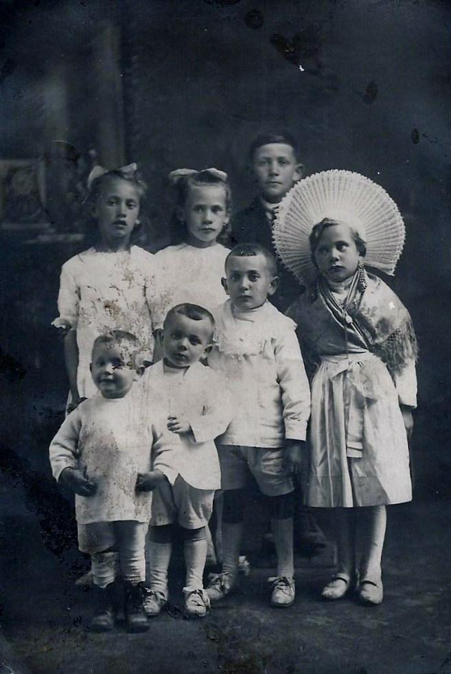 groupe-d-enfants-dont-une-jeune-matelote-calaisienne-courguinoise-.jpg