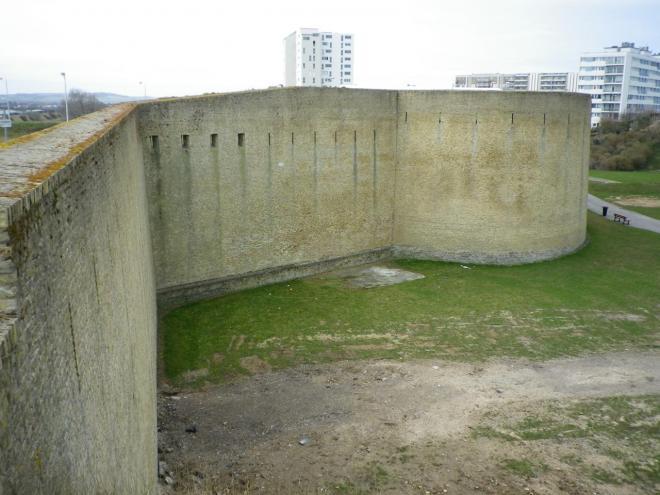 le mur d'enceinte du fort risban de calais.jpg