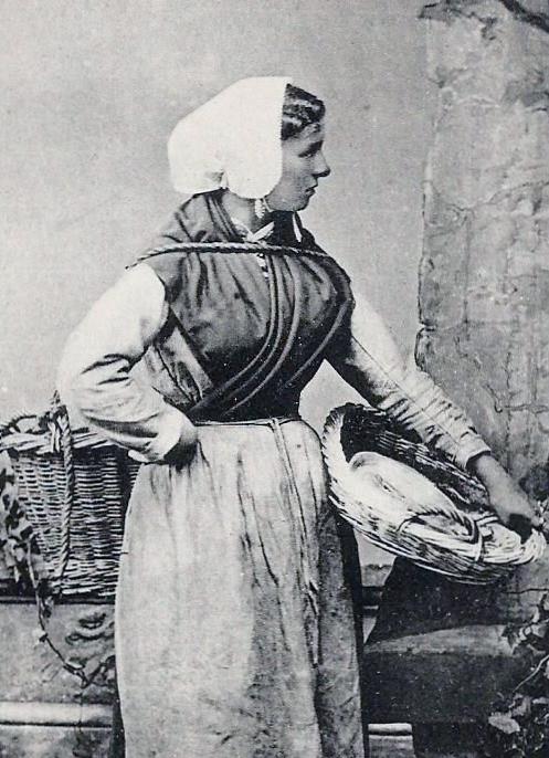 marchande-de-poissons-portant-la-calipette.jpg